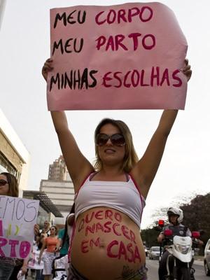 Mulher grávida participa de marcha a favor do parto domicilar, em São Paulo (Foto: Edu Saraiva/AE)