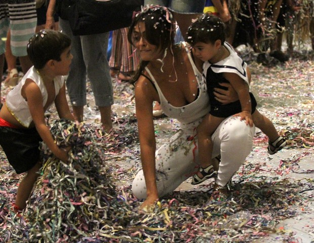 Juliana Paes e o filho (Foto: JOHNSON PARRAGUEZ/ PHOTO RIO NEWS)