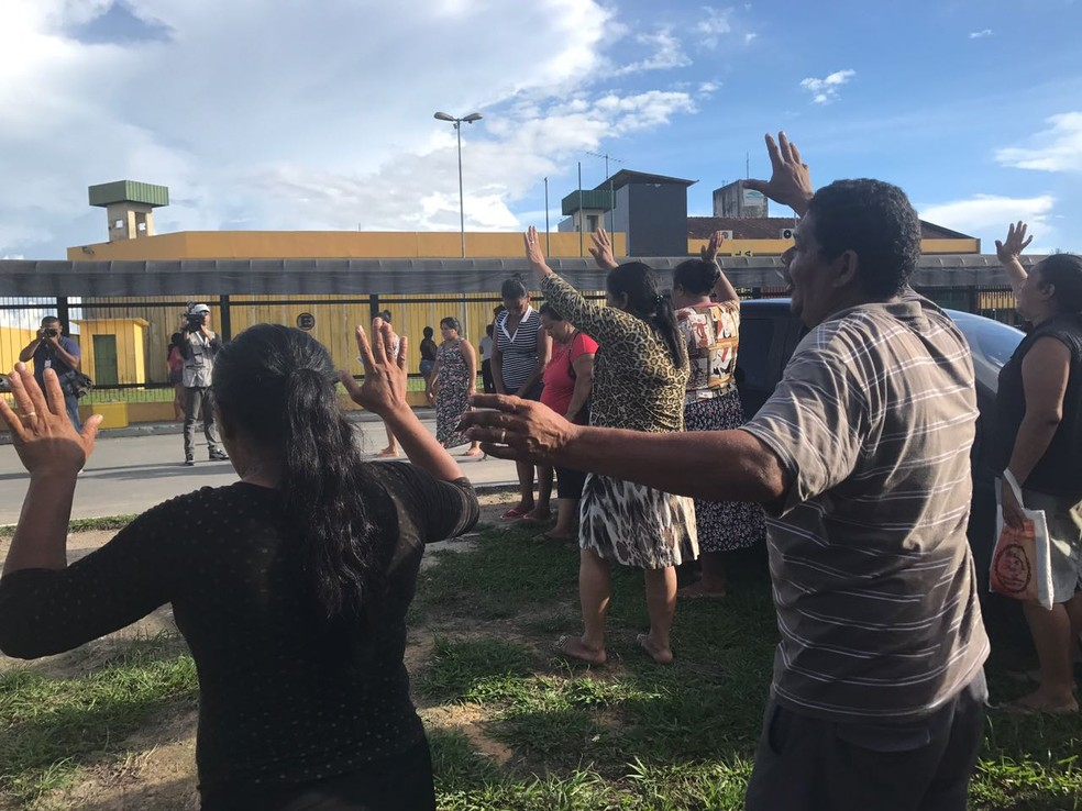 Familiares fizeram orações em frente ao presídio, na tarde desta sexta-feira (7), UPP, rebelião, morte, presídio (Foto: Patrick Marques/G1 AM)