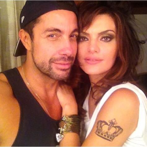 O maquiador Fernando Torquatto, autor das tatuagens, e Mayana Neiva (Foto: Reprodução da internet)