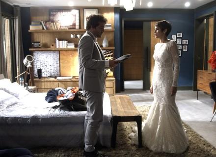 Letícia flagra Tiago olhando foto de Isabela