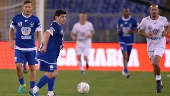 Maradona e Verón se desentende com Verón em amistoso com Totti, Ronaldinho e outros craques (AFP)
