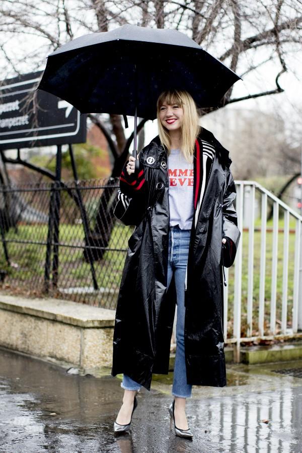 Para deixar a dupla jeans e camiseta mais atual aposte em um trench coat de Vinil (Foto: IMax Tree)
