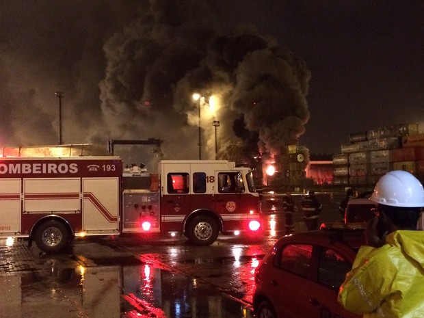 Bombeiros conseguiram conter incêndio durante a madrugada de sexta-feira (Foto: G1)