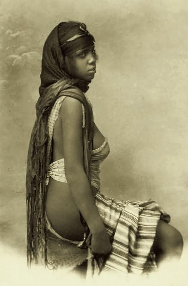 Mulher beduína, povo nômade que vive nos desertos árabes (Foto: Flickr)