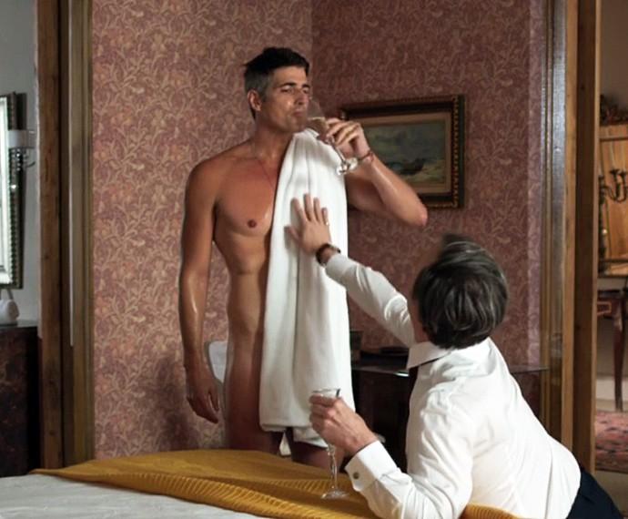 Anthony seduz Maurice após o banho (Foto: TV Globo)