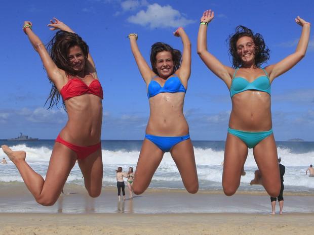 As peregrinas italianas Anna Gallese e Anna Brenco, de 17 anos, e Marta Barabino, de 16 anos, que vieram ao Brasil para a JMJ, aproveitam o dia de sol em praia carioca após o fim do evento religioso. (Foto: Maíra Coelho/Agência O Dia/Estadão Conteúdo)