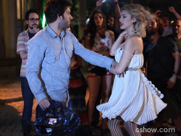 Davi vai atrás de loira e a tira de lá (Foto: Pedro Curi/TV Globo)