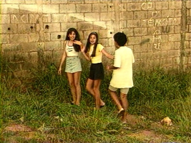 Meninas mostram onde viram a criatura em Varginha - reportagem de 1996 (Foto: Arquivo EPTV)