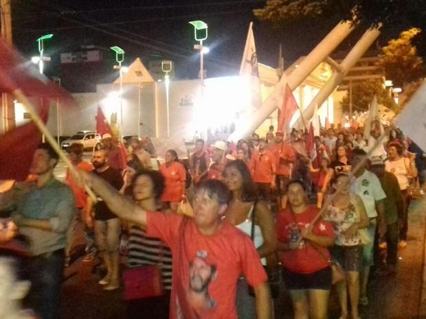 Manifestante caminham pelas ruas de Chapecó em protesto pró-governo nesta sexta (18) (Foto: Isabel Malheiros/RBS TV)