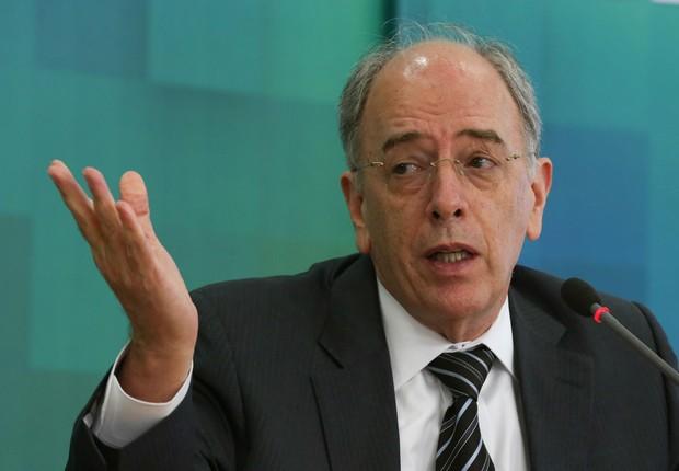 O presidente da Petrobras, Pedro Parente , fala com a imprensa (Foto: José Cruz/Agência Brasil)
