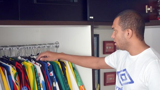 Amoroso tem coleção de mais de 500 camisas de futebol (Foto: Heitor Esmeriz/Globoesporte.com)