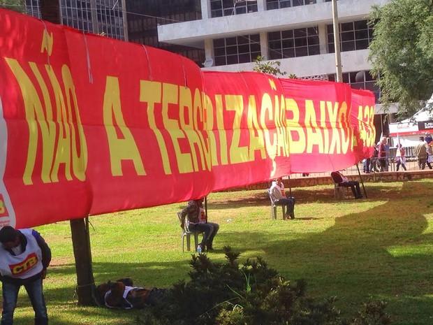 Faixa contra terceirização no evento da CUT no Anhangabaú (Foto: Rafael Miotto/G1)