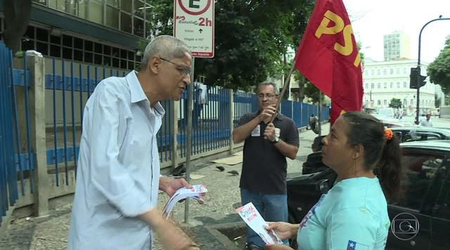 Cyro Garcia (PSTU) faz campanha em frente ao hospital Souza Aguiar