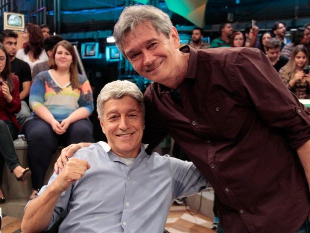 Caco Barcellos posa para fotos com o apresentador Serginho Groisman (Foto: Marcos Mazini/Gshow)