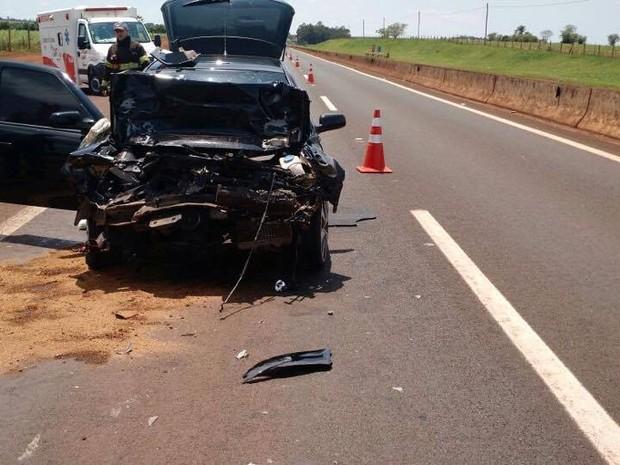 Carro bateu na traseira de outro veículo em Lins (Foto: Polícia Rodoviária/Divulgação)