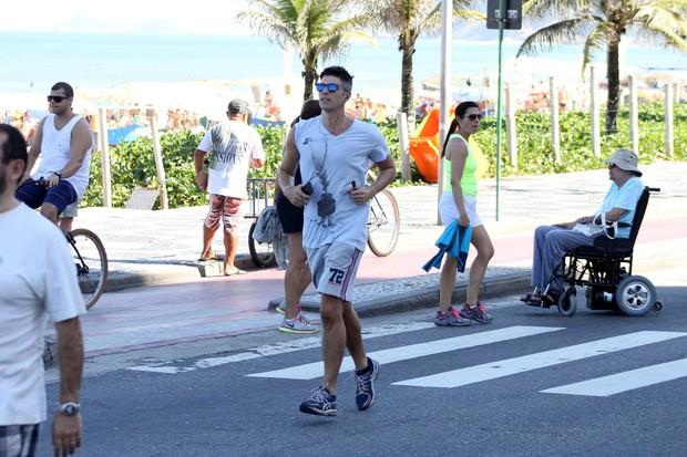 Reynaldo Gianecchini corre na orla (Foto: JC Pereira / AgNews)