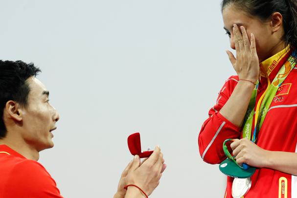 A atleta He Zi disse sim ao namorado de seis anos, Qin Kai (Foto: Clive Rose / Getty Images)