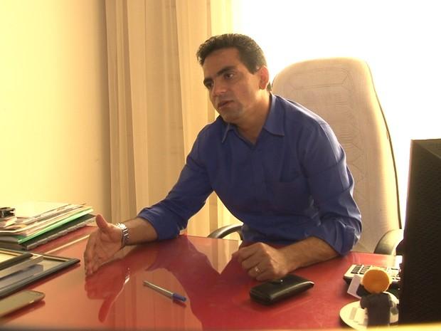 Jacier retirou objetos pessoais do gabinete na quarta, 10 (Foto: José Manoel/ Rede Amazônica Vilhena)