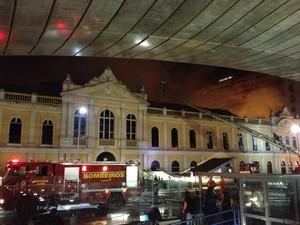 Bombeiros estão no Mercado Público do RS (Foto: Felipe Truda/ G1)