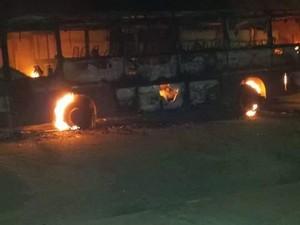 Ônibus incendiado em Abaeté (Foto: Letícia Silva/Arquivo Pessoal)