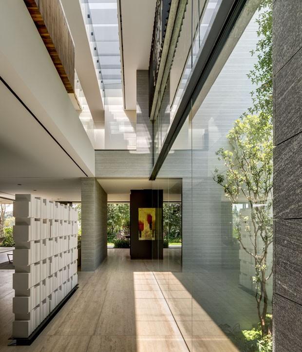 Casa equilibra materiais brutos de forma leve (Foto: Rafael Gamo Fasi/Divulgação)