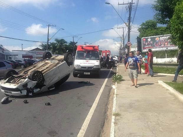 Carro capotou após colisão (Foto: Gabriel Mansur)
