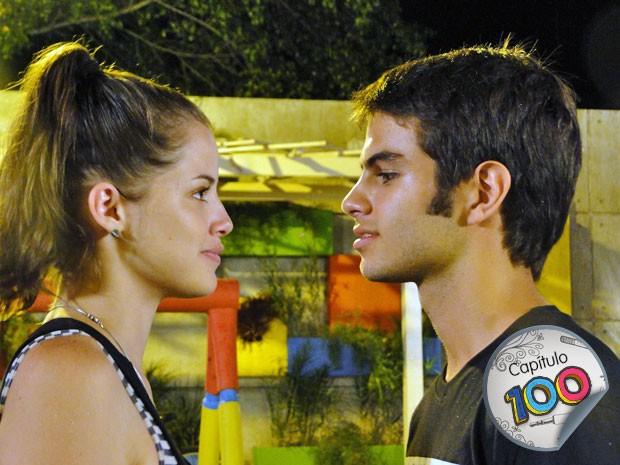 Finalmente rola, na praça, um beijo apaixonado entre Ju e Gil (Foto: Malhação / TV Globo)