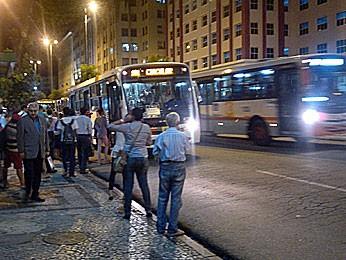Espera por ônibus no Centro do Recife (Foto: Luna Markman / G1)