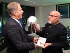 Paulo Coelho participa da abertura da Feira do Livro de Frankfurt