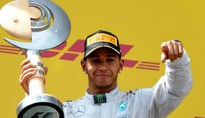 Lewis Hamilton troféu GP da Áustria 2014 (Foto: Divulgação/DHL)