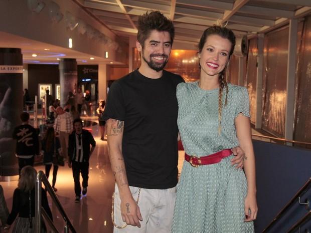 Juliana Didone e o namorado em pré-estreia no Rio (Foto: Isac Luz/ EGO)