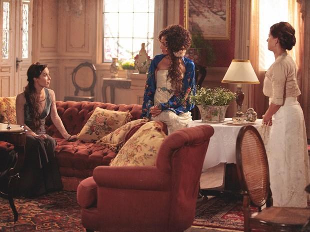 Laura, Isabel e Sandra se unem para um projeto revolucionário (Foto: Lado a Lado/TV Globo)
