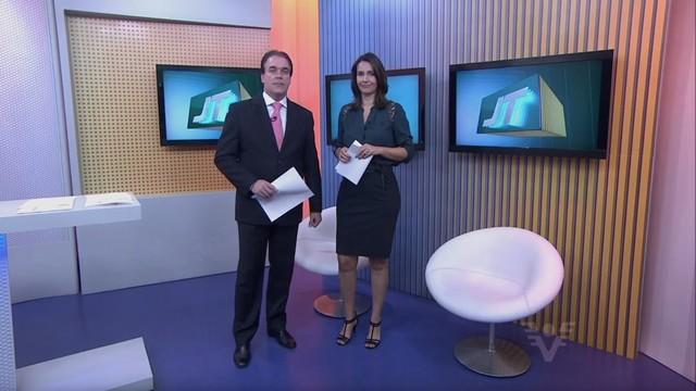 Tony Lamers e Vanessa Machado apresentam o Jornal da Tribuna 1ª edição (Foto: Reprodução/TV Tribuna)