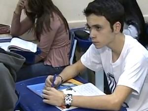 Paulo Henrique acompanha aula em escola de Taubaté. Ele assume que quer seguir carreira política. (Foto: Reprodução/TV Vanguarda)