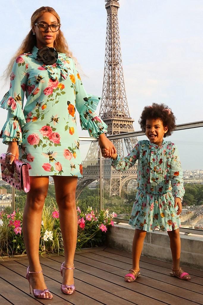 Beyonc e Blu Ivy posam de vestidos parecidos em Paris (Foto: Reproduo/Beyonc.com)