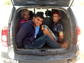 Foto enviada pela PM mostra três dos quatro suspeitos presos pela PM em Porto do Mangue (Foto: Capitão Jailson Andrelino)