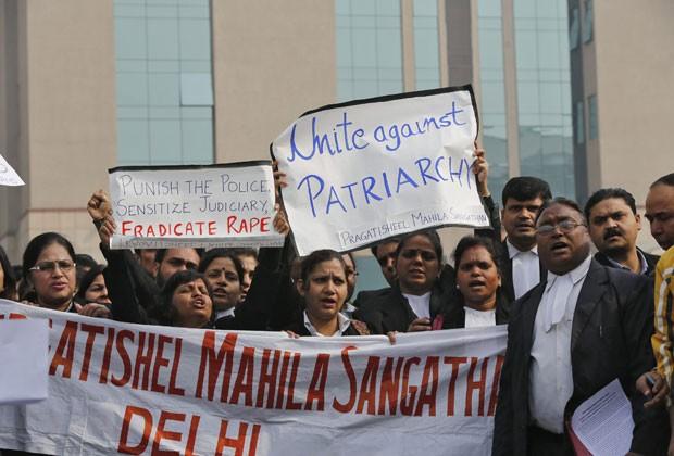 Grupo faz protesto em frente a tribunal onde ocorria audiência de suspeitos de estupro coletivo nesta quinta-feira (3) na Índia (Foto: Adnan Abidi/Reuters)