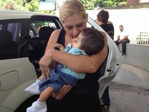 Juraci Quintino deixou o hospital com o neto nos braços: 'Muita emoção' (Foto: Fernanda Borges/G1)