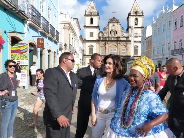 Fátima posa com fãs em Salvador (Foto: Encontro com Fátima Bernardes/TV Globo)
