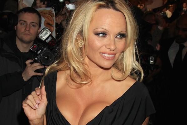 Pamela Anderson havia perdido 250 mil dólares em um cassino em Las Vegas quando recebeu a proposta de Rick Salomon de pagar a dívida em torno de favores sexuais. Ela aceitou, casou-se com ele e se divorciou dois meses depois. (Foto: Getty Images)