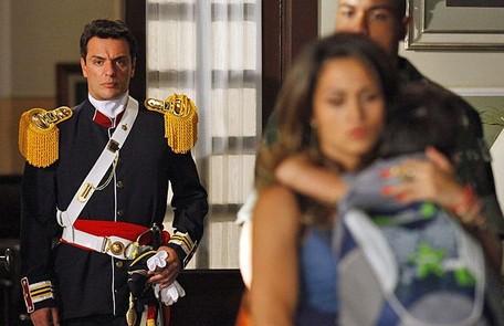 No primeiro capítulo, Théo (Rodrigo Lombardi) dá voz de prisão a Morena (Nanda Costa) depois de uma discussão durante a procissão de São Jorge Divulgação/TV Globo