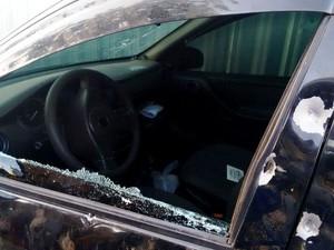 Carro foi atingido por vários tiros (Foto: Felipe Lemos/ Campos 24h)