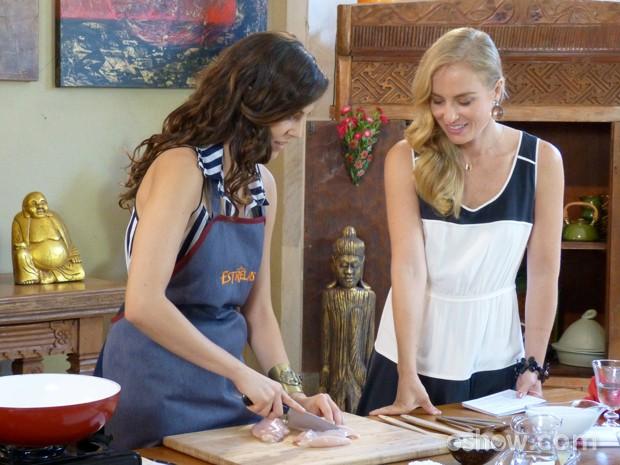 A atriz mostra habilidade na cozinha (Foto: Estrelas/TV Globo)