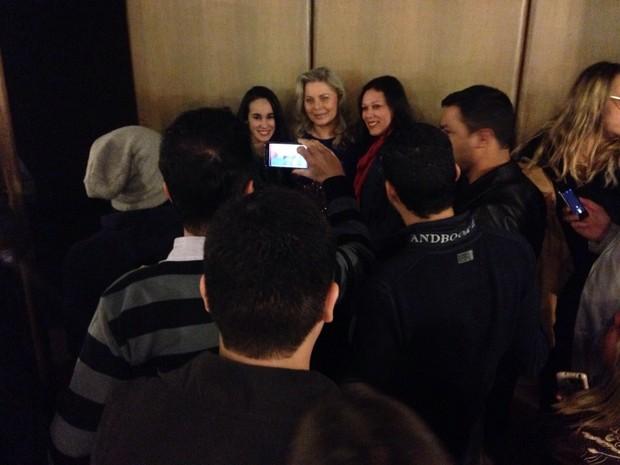Vera Fischer com fãs (Foto: Nilza Guimarães)