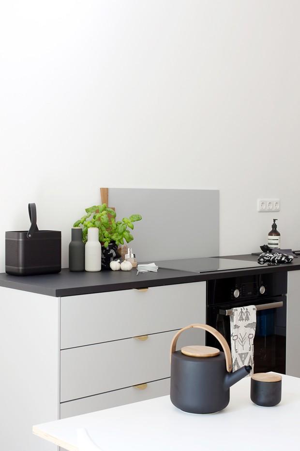 A grande maioria dos móveis da casa são preto e branco. Cores neutras é uma das características do estilo escandinavo, o favorito de Sarah (Foto: Sarah Van Peteghem/Divulgação )