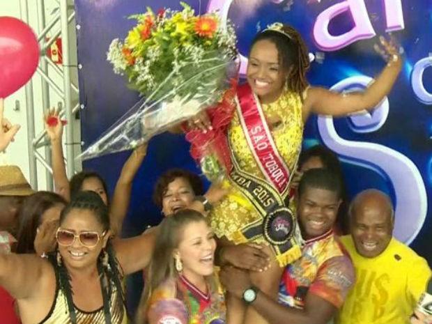Família e amigos comemoram com a vencedora após o resultado (Foto: Reprodução/ TV Gazeta)