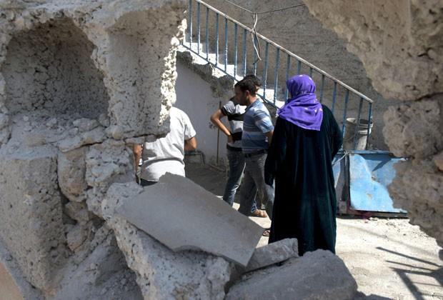 Pessoas andam em local onde cinco civis turcos foram mortos nesta quarta (3) (Foto: Miguel Medina/AFP)