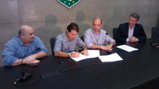 contrato exclusividade arena castelão (Foto: Juscelino Filho)