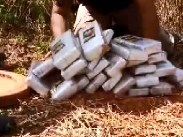 Polícia apreende 32 kg de maconha enterrada em bairro de São Lourenço (Foto: Reprodução EPTV)